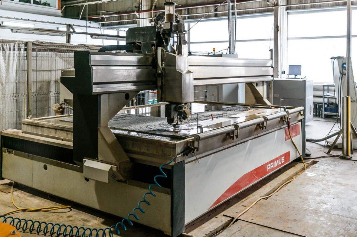 Резка материала на станке Intermac Primus 184 в производственном цехе Onda